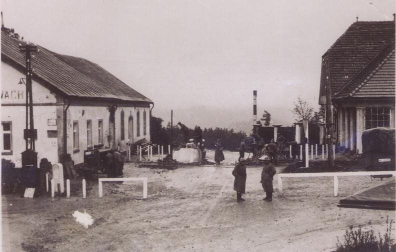 Deutsche Wehrmacht beim Entfernen der tschechischen Grenz Anlagen u. Gebäude. Links im Bild: Pressluftmaschine.